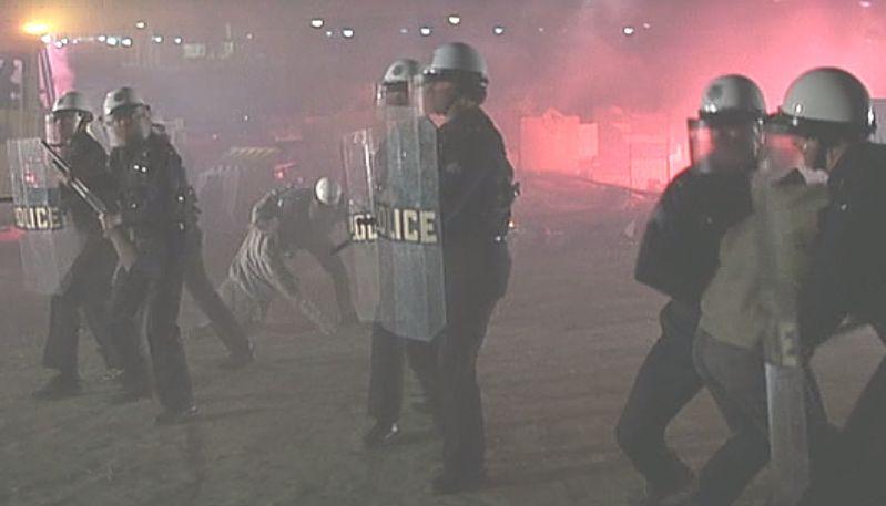 貧しい人々が暮らす生活の場を圧倒的な武力で追い払う警察(ポリスメン)