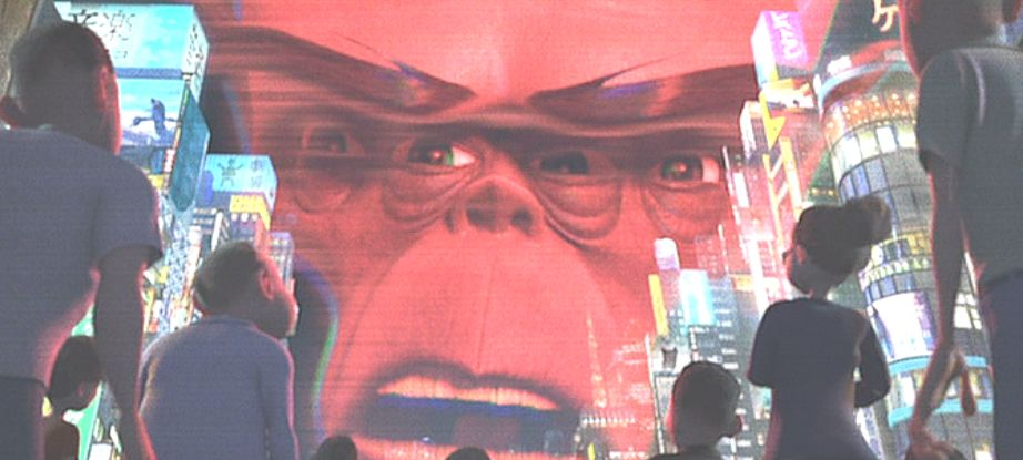 日本らしき街の上空に気味の悪いオッサンの顔が浮かび上がる!