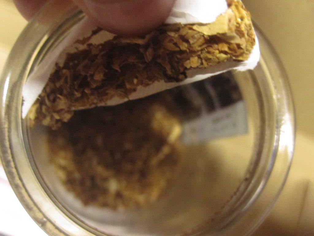 タバコの葉っぱを瓶の中に敷き詰めて