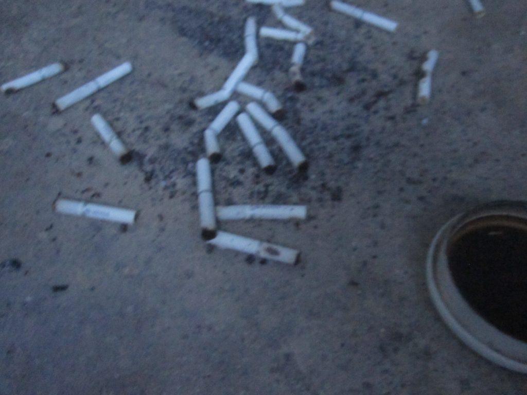 屋外に置いた灰皿や箱などが倒れ、吸い殻のタバコ、ゴミなどが散乱している・・・