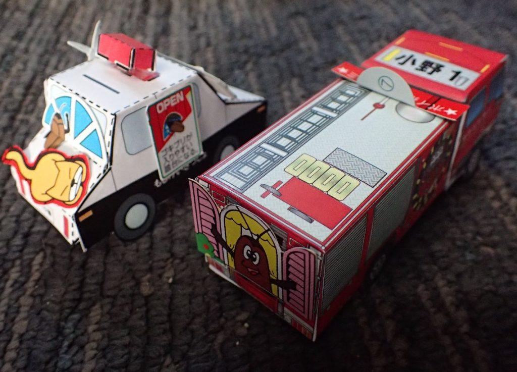 ペーパークラフト版のコラージュでデコレーションされたパトカーと消防車