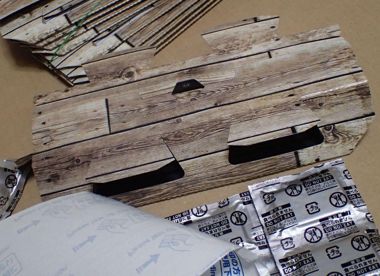 紙を折り曲げ組み立てが完成したマツキヨ・ゴキブリ捕獲シート