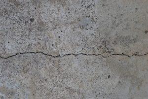 家の壁に入った亀裂・ヒビが年々大きくなっている