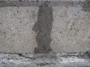 インスタント・モルタルでブロック塀の隙間を塞ぐ