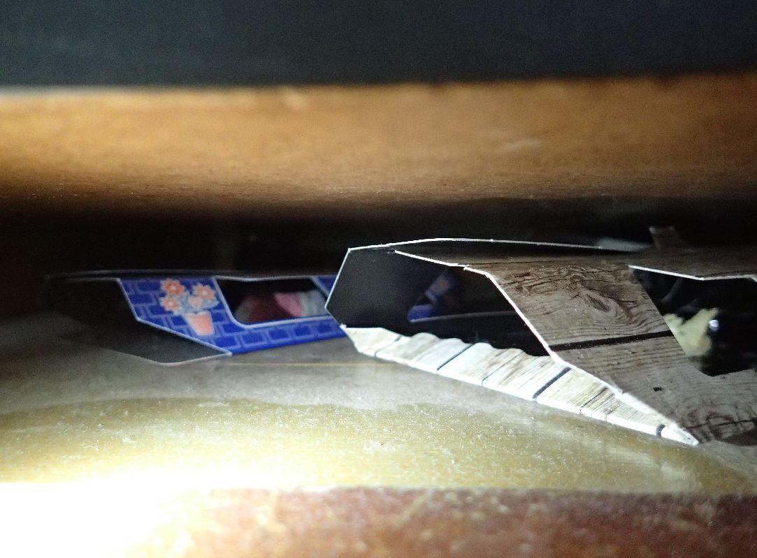 置き忘れた害虫捕獲器が、ホコリをかぶった状態で放置されている