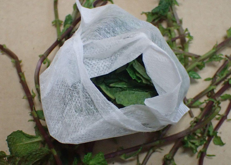 ミントの葉をお茶パックに詰める